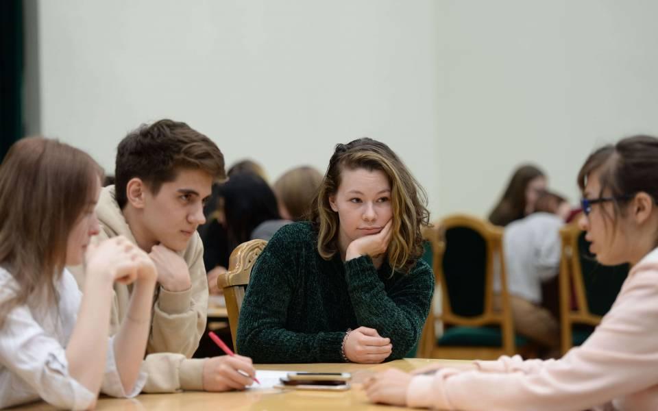 Студенты ТИСБИ обсуждают вопрос игры «Что? Где? Когда?»—
