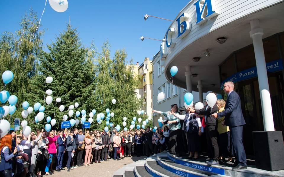 Запуск воздушных шаров в сквере «ТИСБИ»
