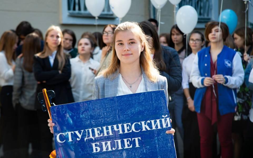 Девушка держит со студенческим билетом