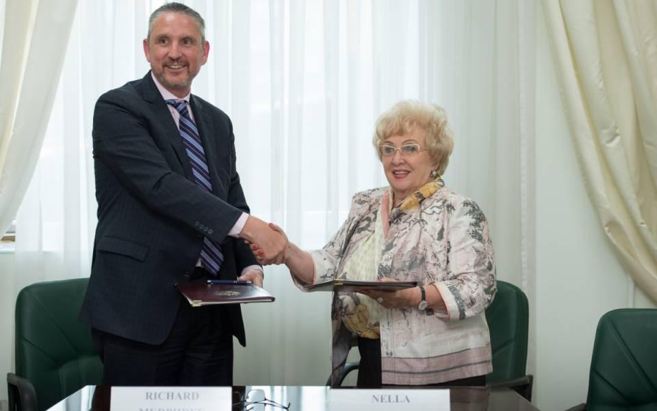 Президент Университета Потомак— Ричард Мерфри иректор Университета управления «ТИСБИ»— Нэлла Прусс подписывают соглашение осотрудничестве.