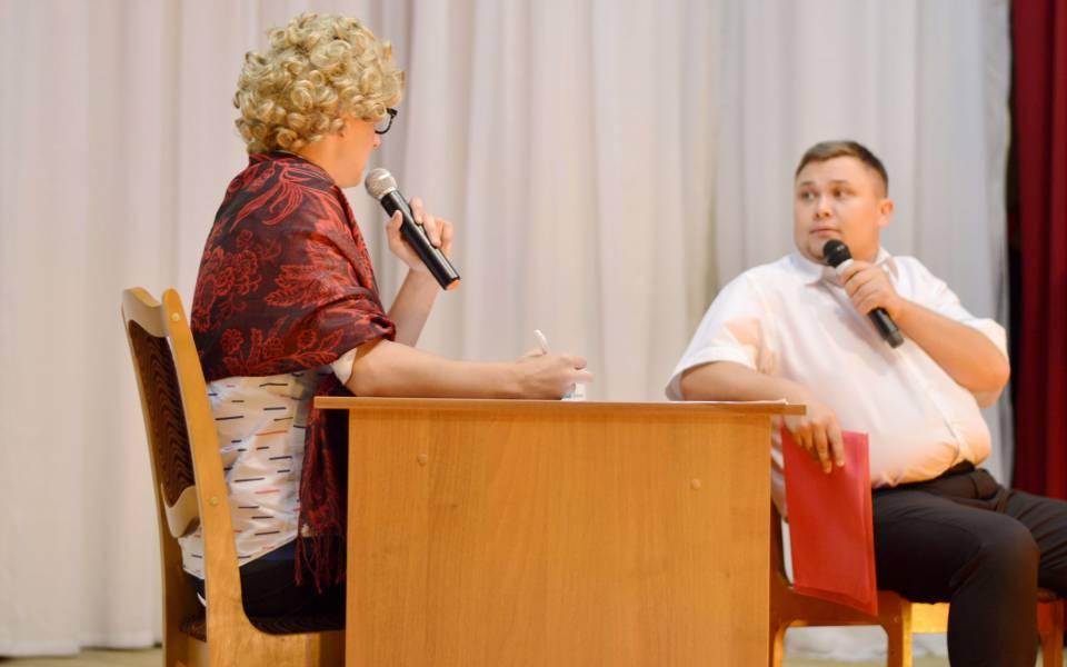 Комедийная сцена мероприятия, посвященного финансовой грамотности
