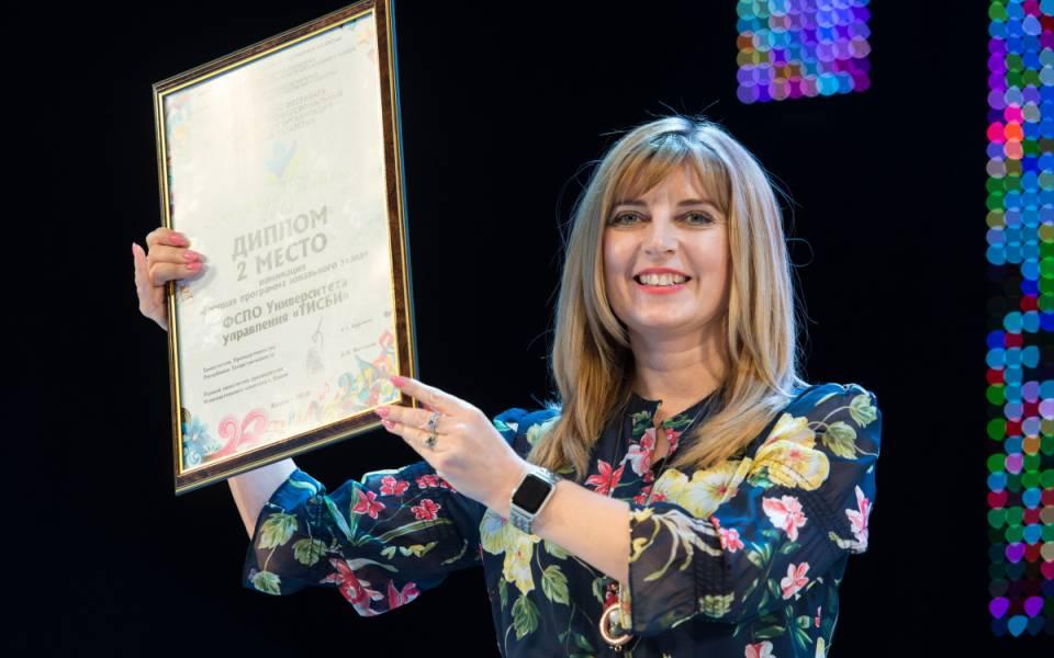 Декан ФСПО Вероника Шамсутдинова держит диплом победителей фестиваля «Весенняя капель»