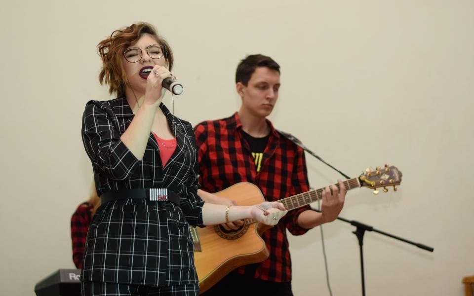 Выступление студенческой музыкальной группы «ТИСБИ»