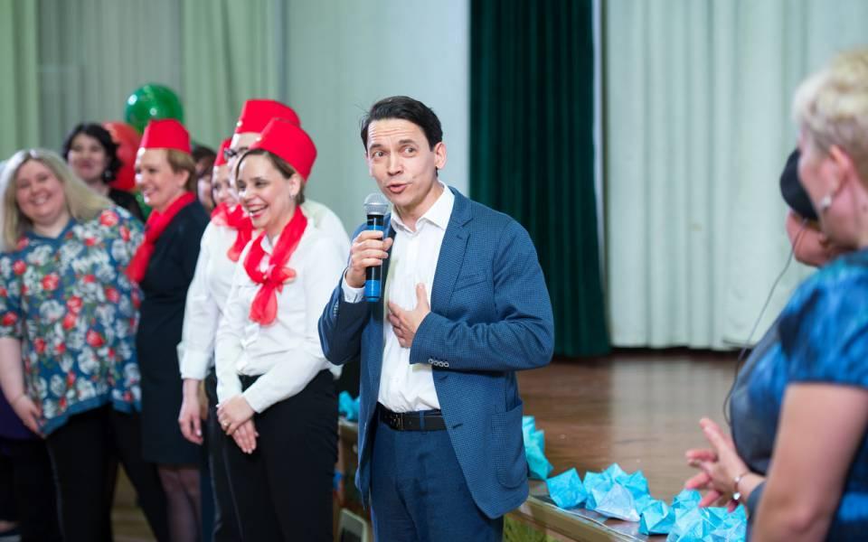 Президент «ТИСБИ» Сергей Дружков благодарит участников праздничного концерта зазамечательный концерт