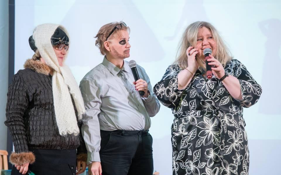Сотрудницы ТИСБИ разыгрывают ссору всемейной сцене