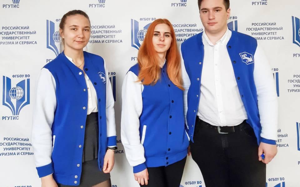 Студенты ТИСБИ нафоне пресс волла РГУТИС