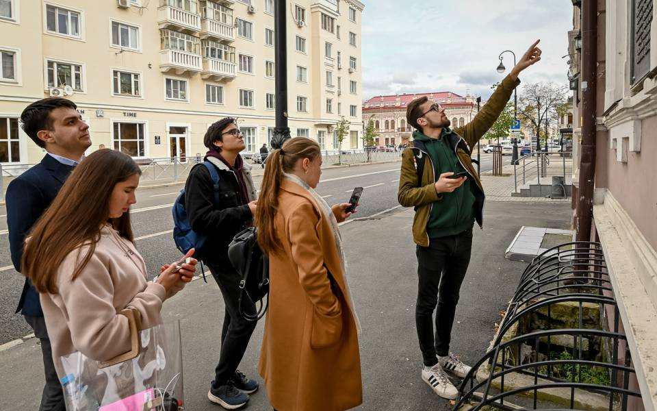 Участник команды ФСПО указывает напамятное здание Казани