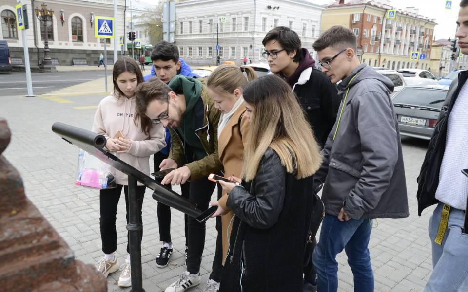 Студенты изучают историческую справку