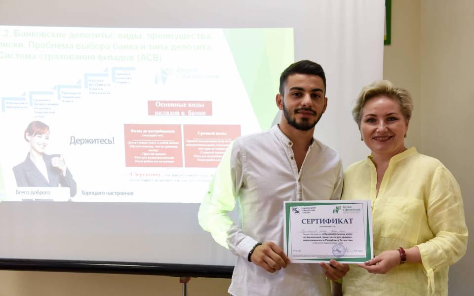 Руководитель ИНО Наталья Доронина вручает сертификат участника программы «Образовательные курсы пофинансовой грамотности для граждан, переселившихся вРТ»