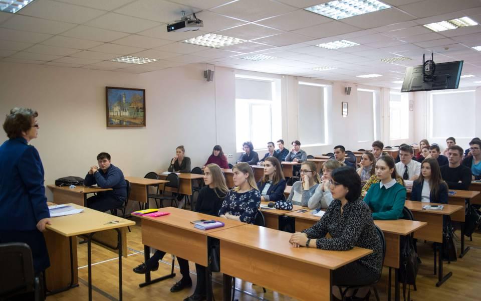 Валентина Новикова проводит мастер-класс натему: «Процессуальное инравственное содержание практической деятельности прокурорских работников»