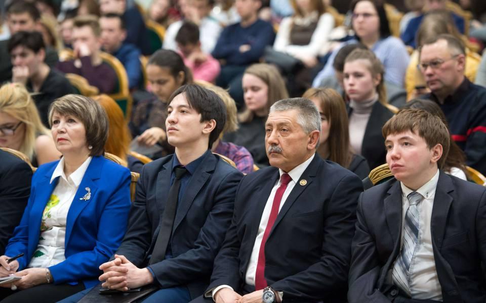 Участники конференции слушают доклады спикеров