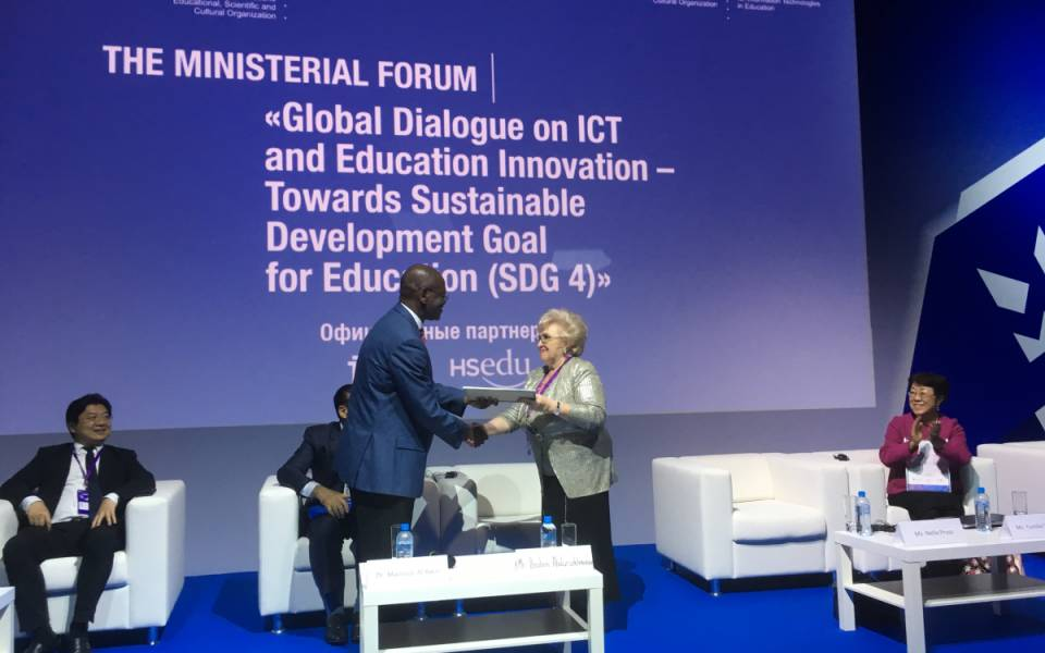 Нэлла Прусс получает благодарность завклад вдеятельность ЮНЕСКО