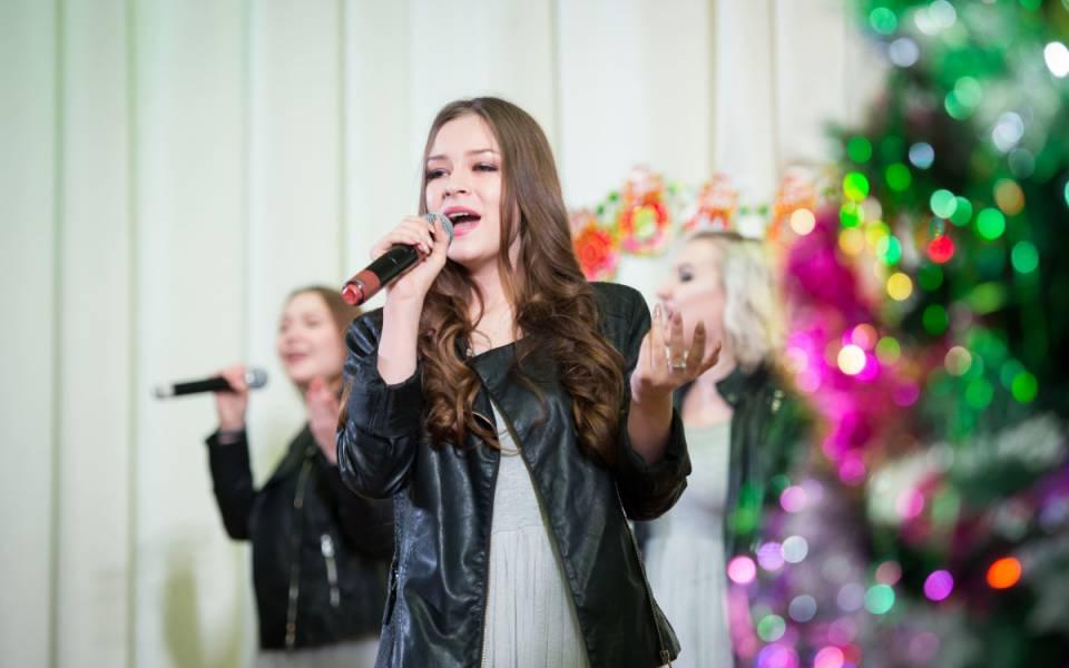 Три студентки факультета управления исполняют песню