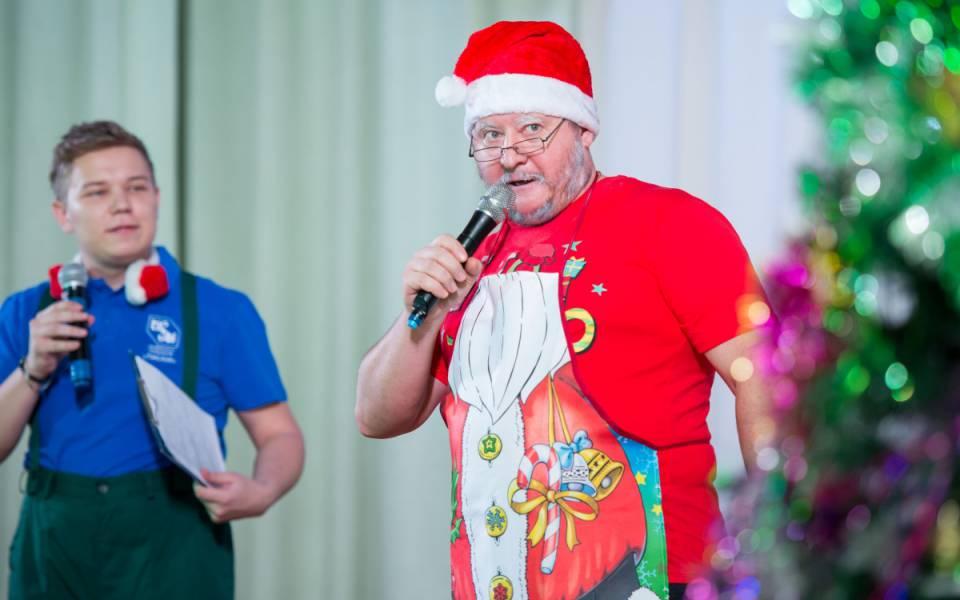 Участник чемпионата WorldSkills Kazan висполнении Даниила Шейко иДед Мороз