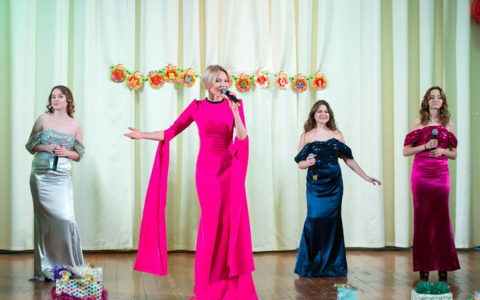 Участницы вокальной студии Екатерины Хлебниковой исполняют песню