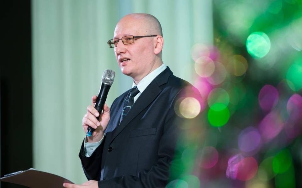 Преподаватель ФСПО Тисби Игорь Васягин читает авторское стихотворение