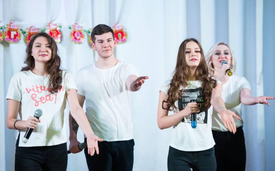 Группа студентов факультета управления исполняют песню
