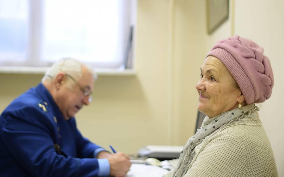 Равиль Шамсутдинов консультирует женщину врамках проекта «Помощь людям»
