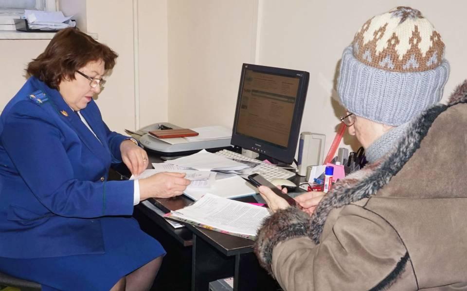 Помощник прокурора попенсионному обеспечению Наиля Гиматдинова консультирует женщину