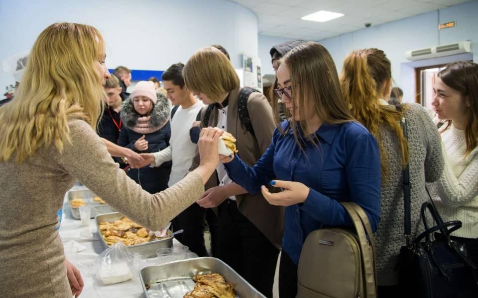 Угощение блинами имедовухой вхолле университета «ТИСБИ»