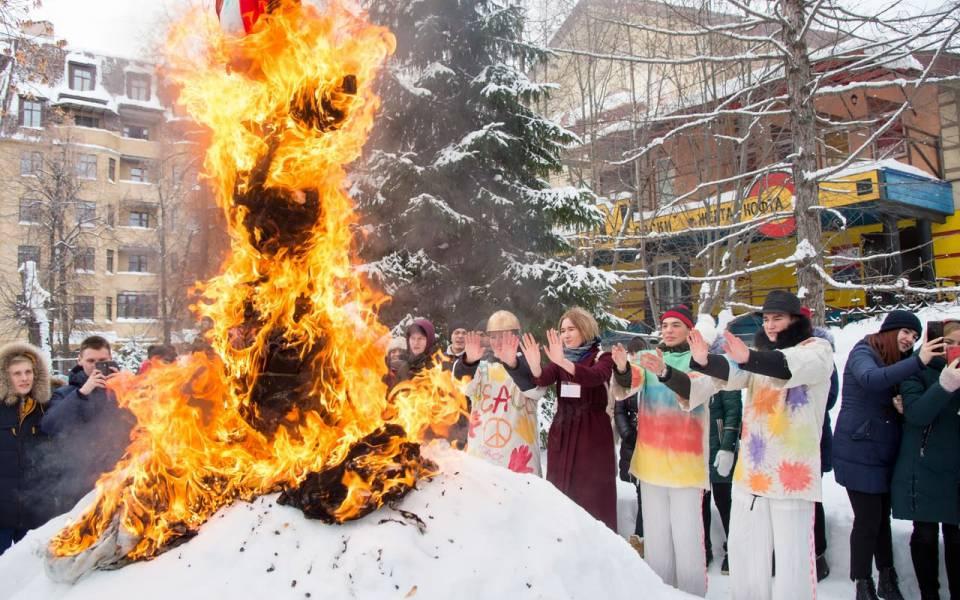 Сжигание «чучела сессии» вовнутреннем дворике университета управления «ТИСБИ»