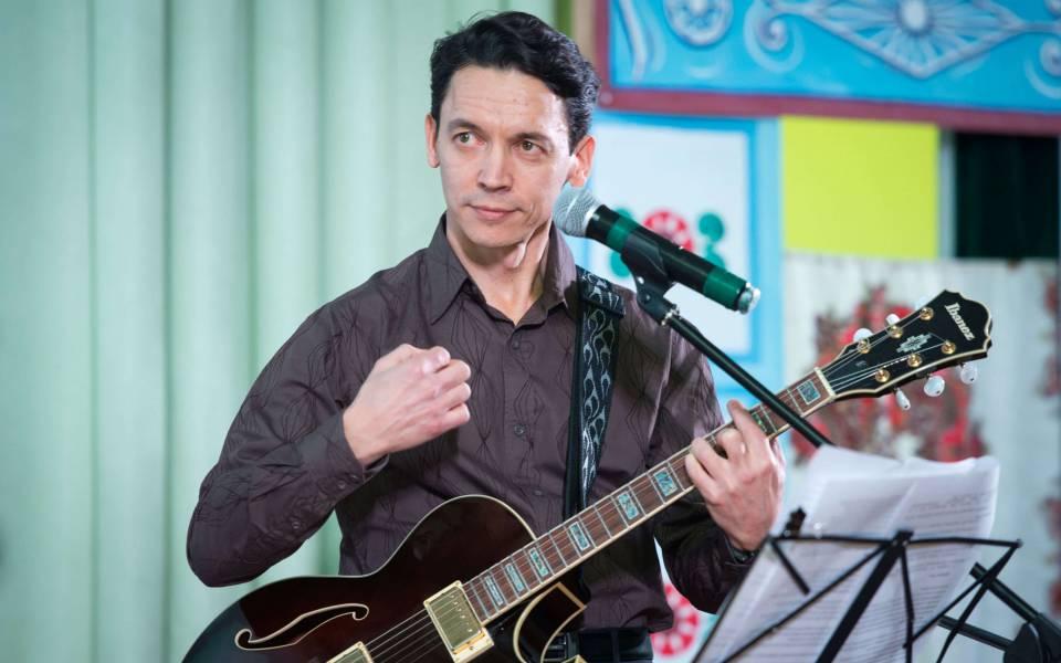 Сергей Дружков— президент университета, выступает наконцерте вчесть 8марта