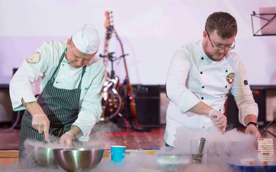 Кулинарное шоу поприготовлению мороженого изсухого льда