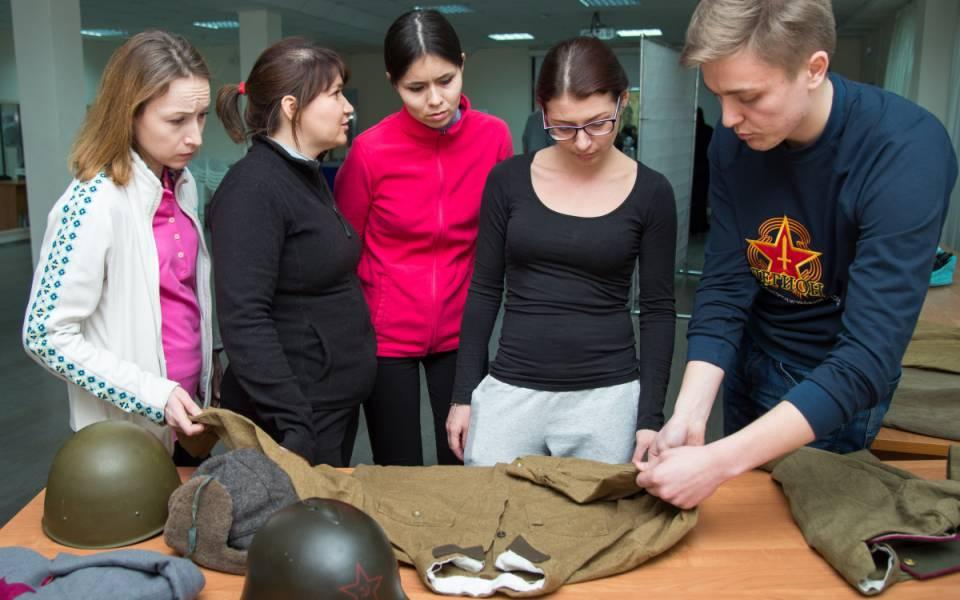 Участник поискового отряда Легион показывает находки военного времени, найденные вовремя поисковых мероприятий