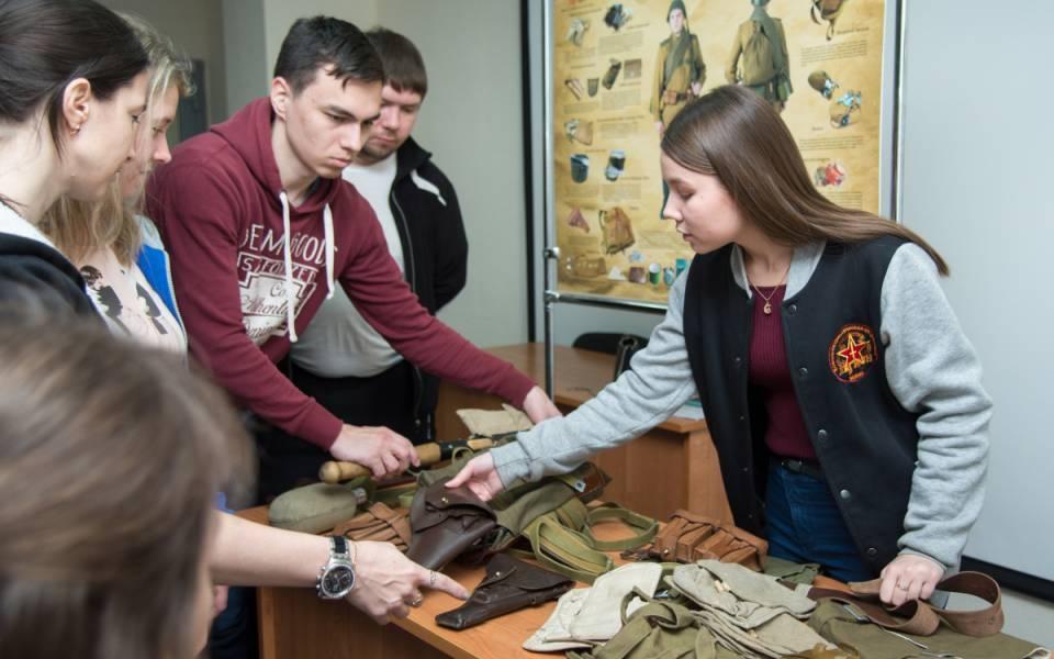 Участница поискового отряда легион показывает находки военного времени, найденные вовремя поисковых мероприятий