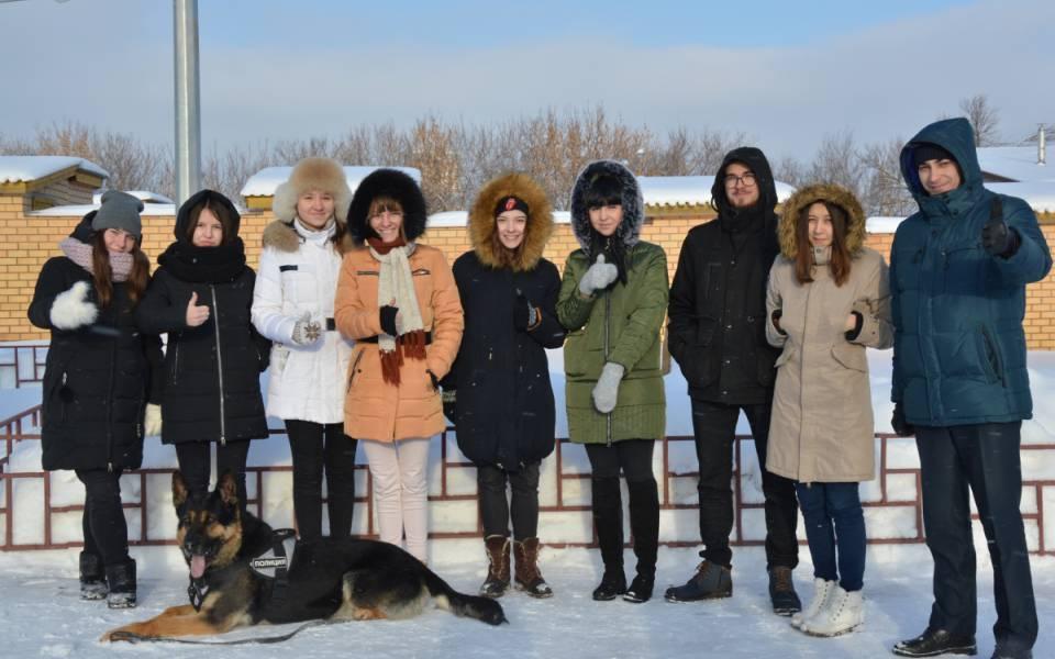 Студенты «ТИСБИ» позируют фотографу сослужебной собакой