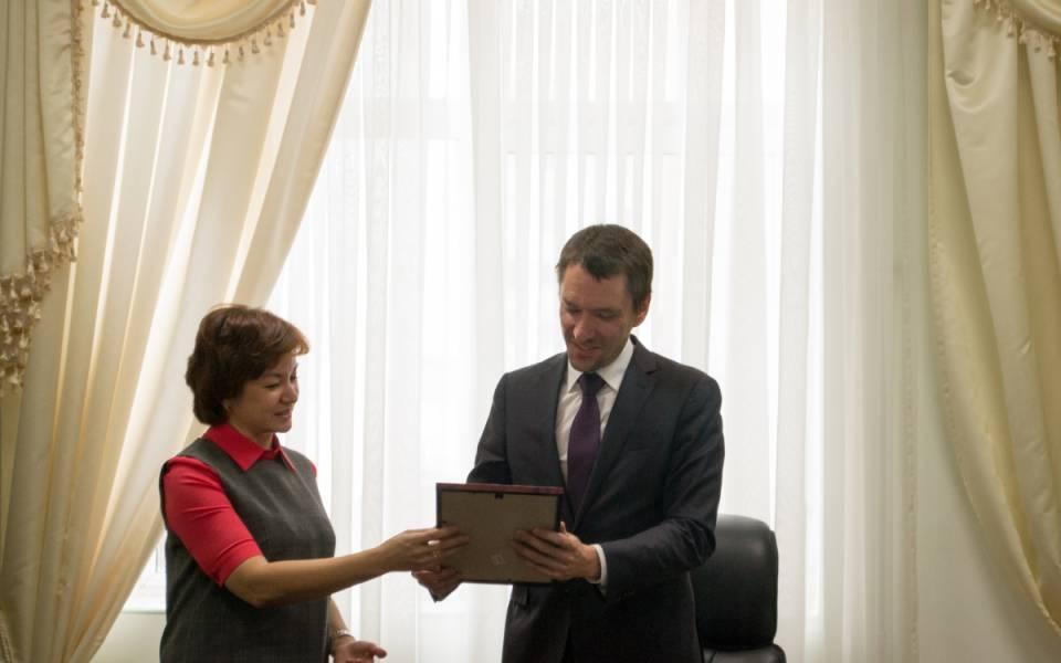 Светлана Аламова благодарит ведущего мастер-класса запроведенное занятие