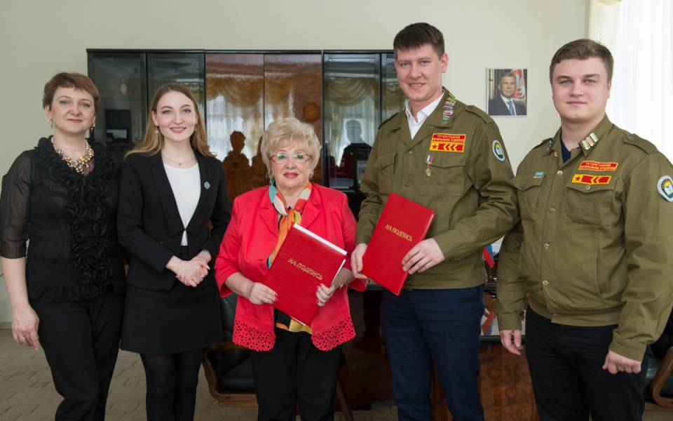 Участники церемонии подписания соглашения осотрудничестве