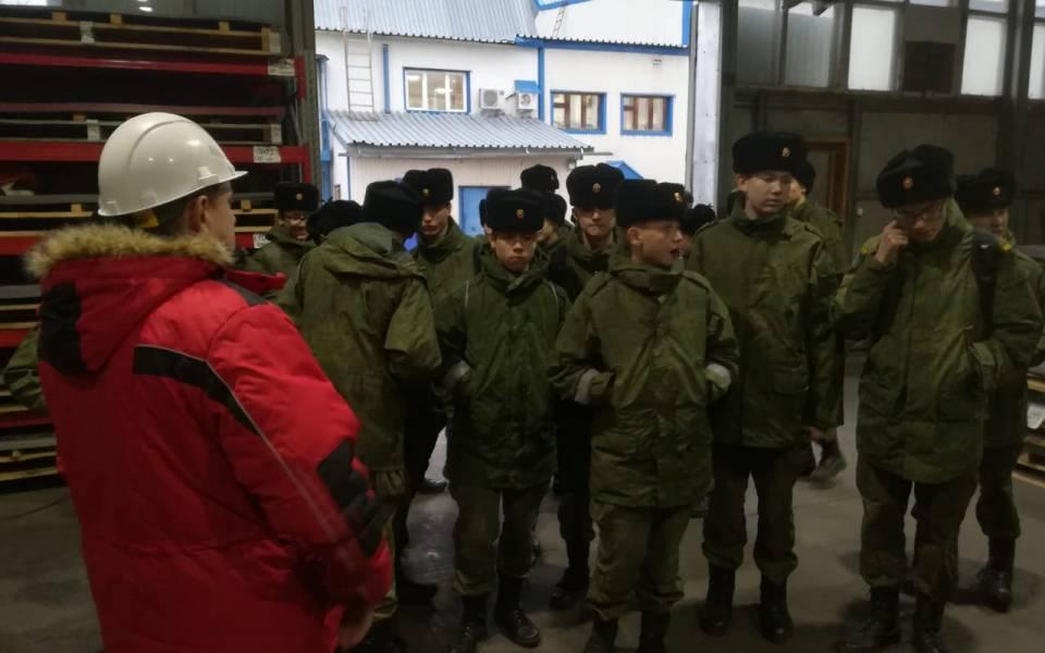 Школьники наэкскурсии назаводе «Казанские стальные профили»