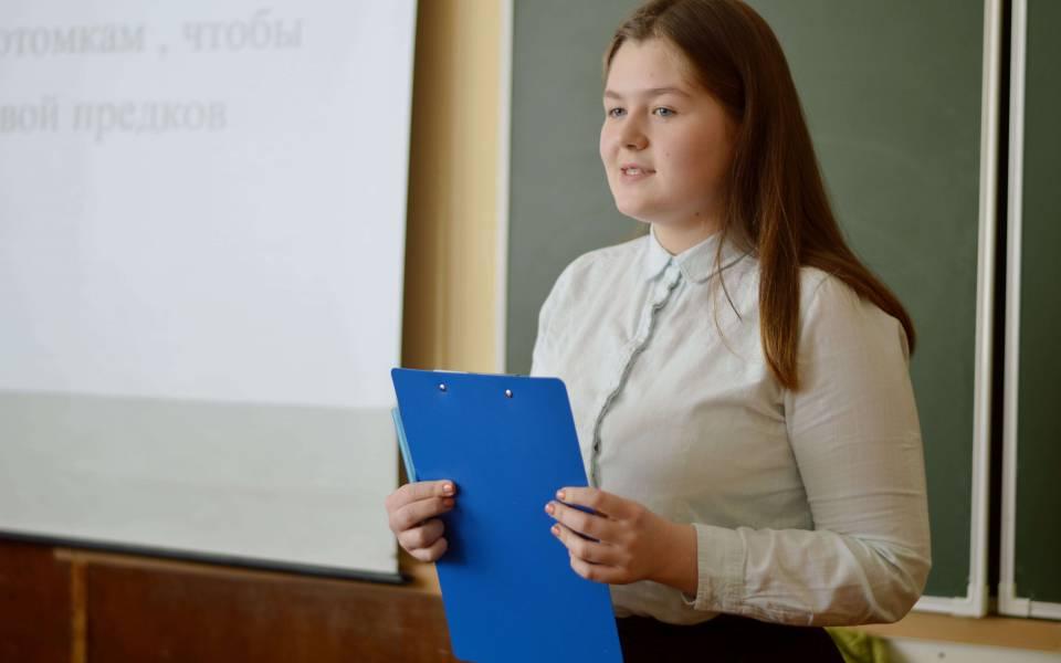 Участница конференции «Петровские чтения» выступает спрезентацией своего проекта