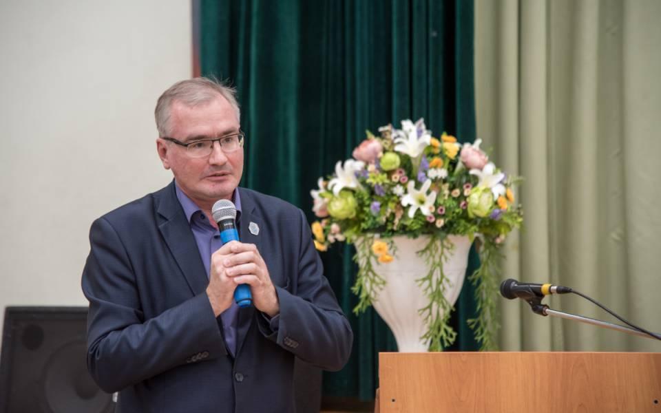 Первый проректор Университета управления «ТИСБИ» Дмитрий Поляков приветствует гостей Дня открытых дверей