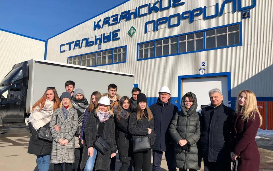 Студенты ипреподаватели «ТИСБИ» перед заводом «Казанские стальные профили»
